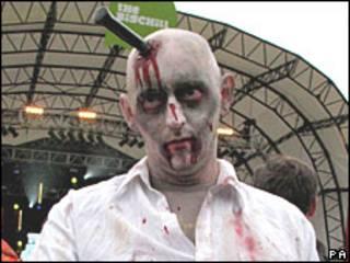 Joven disfrazado de zombie.