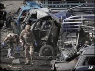 Lính Anh có mặt sau khi vụ đánh bom xảy ra