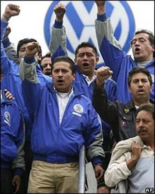 Empleados en huelga en la sede de Volkswagen en Puebla, México.