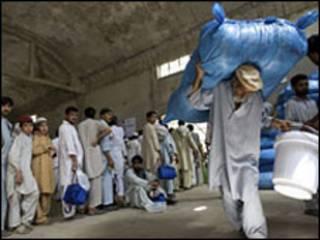 توزيع المعونة الانسانية في شمال باكستان