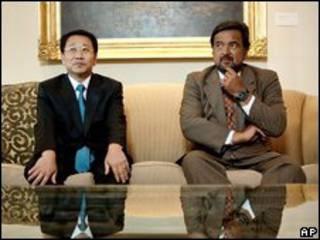 Thống đốc bang New Mexico (phải) và đặc sứ Bắc Hàn