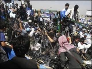 خبرنگاران در حال پوشش خبری انتخابات در افغانستان
