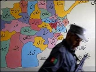 سرباز افغان در کنار نقشه افغانستان