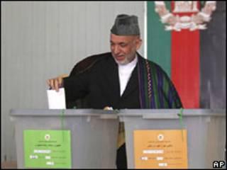 Presidente Hamid Karzai votando