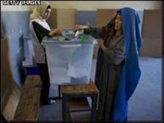أفغانيتان تدليان بصوتيهما في الانتخابات