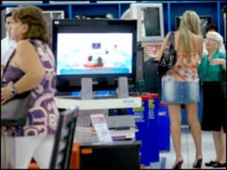 Consumidores em loja no Brasil