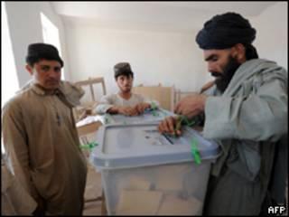 Funcionário lacra urna em seção eleitoral no sul do Afeganistão (AFP, 20 de agosto)