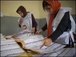 احدى لجان فرز الاصوات في كابول