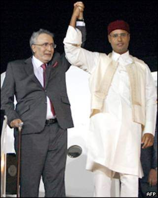 سيف الإسلام القذافي (يمين) يرحب بعبد الباسط المقرحي