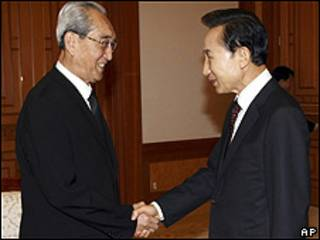 El presidente de Corea del Sur, Lee Myung-bak (dcha.), con el representante norcoreano Kim Ki Nam