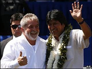 El presidente de Bolivia, Evo Morales (dcha.), y el de Brasil, Luiz Inácio Lula da Silva,