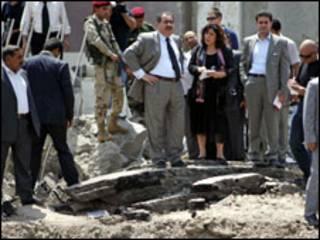 وزير الخارجية العراقي يتفقد الدمار الذي احدثه هجوم الاربعاء الماضي لمقر وزارته