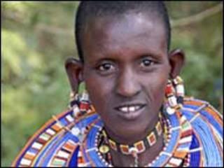 Una keniana con su indumentaria tradicional