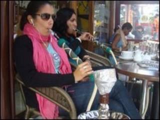 Mulheres fumam narguilé