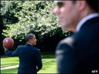 Obama protegido de cerca por un agente del servicio secreto