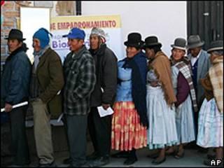 Bolivianos en Calamarca haciendo cola