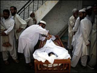 جثة احد القتلى في باكستان
