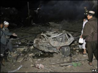 Afegãos observam restos de explosão em Kandahar (AP, 25 de agosto)