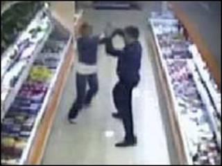 Кадры съемок камер наблюдения в магазине, где стрелял Денис Евсюков
