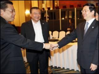 Bộ trưởng Công Thương Vũ huy Hoàng và Chủ tịch ABAC Teng Theng Dar hình chụp tại Singapore tháng Bảy 2009