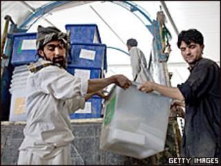 کارمندان انتخاباتی در افغانستان