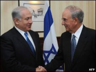 O premiê israelense Binyamin Netanyahu e o enviado especial dos EUA,  George Mitchell (AFP, 26 de agosto)