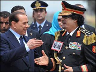 القذافي وبيرلسكوني في روما