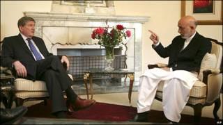 Hamid Karzai con Richard Holbrooke en una foto de archivo.