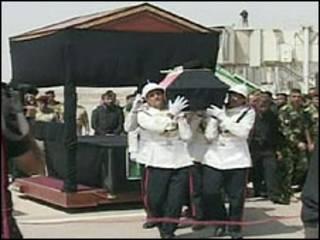 تابوت عبدالعزیز حکیم در فرودگاه بغداد