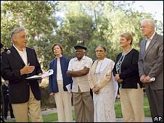Da esq. para dir.: Fernando Henrique Cardoso, a ex-president irlandesa Mary Robinson, reverendo sul-africano  Desmond Tutu, fundadora da Associação de Mulheres Autônomas Ela Bhatt, ex-premiê norueguesa Gro Brundtland e o ex-presidente americano Jimmy Carter em Jerusalém
