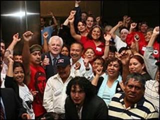 El senador Ted Kennedy con latinos de EE.UU.. Credito: Jim Saah, Teamsters