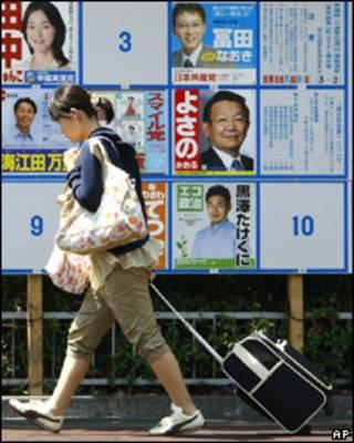 Mujer pasa delante de publicidad electoral