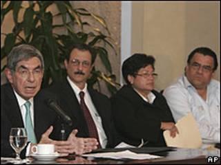 Oscar Arias y delegados del gobierno interino de Honduras