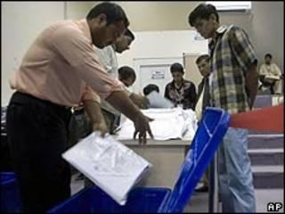 فرز الأصوات في الانتخابات الأفغانية