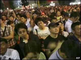 Japoneses assistem a comício do oposicionista Yukio Hatoyama em Tóquio, no sábado (AP)