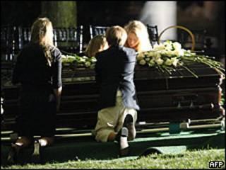 La familia de Ted Kennedy alrededor del féretro.