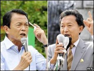 Hai ông Taro Aso (tay trái) và Yukio Hatoyama (tay phải)