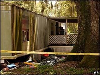 Vista del hogar móvil donde ocurrió el crimen.