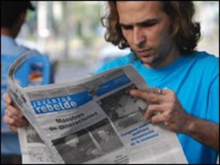 Hombre lee Juventud Rebelde