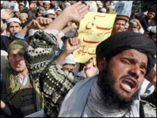 متظاهرون باكستانيون ضد الرسوم (فبراير 2006)