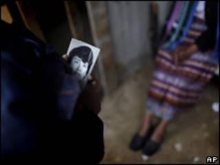 Guatemalteca muestra foto de su hermano desaparecido