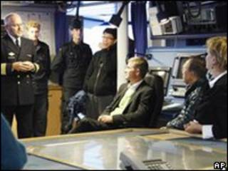 Ban Ki-moon (segundo, a la derecha) a bordo de un barco costero noruego