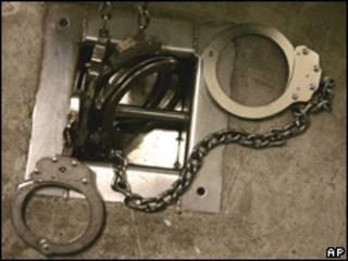 Esposas en una celda de Guantánamo