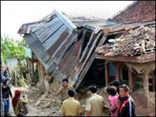 Casa destruída pelo tremor em Sukabumi, Java