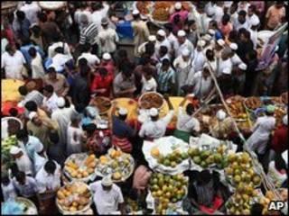Multidão nas ruas de Bangladesh