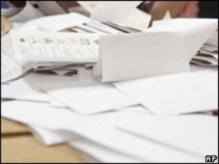 Подсчет бюллетеней (архивное фото)