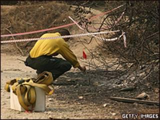 Personal forense inpecciona el sitio donde comenzó el incendio