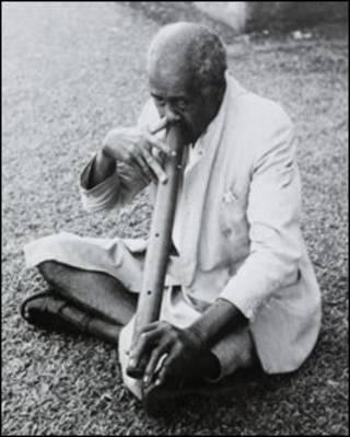 Một người Fiji thổi sáo mũi, ảnh tư liệu của Thư viện Anh