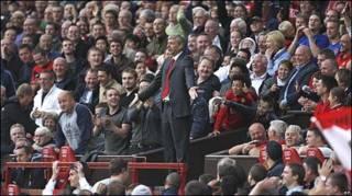 Bầu Arsene Wenger và các fan MU