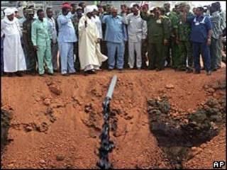 كبار رجال الدولة في مضخة للنفط بوسط السودان